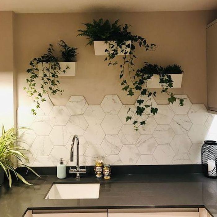 Uma parede de duas cores que traz muita beleza e chama atenção para o local em que é inserida, veja como o uso desse tipo de parede valorizou o ambiente e deixou essa cozinha ainda mais especial.