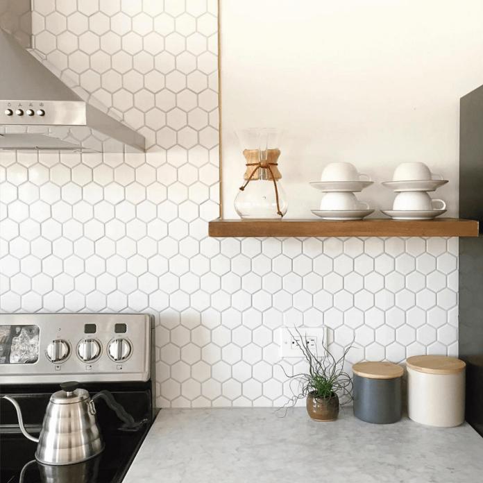 As pastilhas são uma excelente opção para quem deseja uma decoração mais delicada, aqui nessa cozinha com o uso de pastilhas brancas trouxe um ar clean a cozinha a deixando muito bonita e aconchegante.