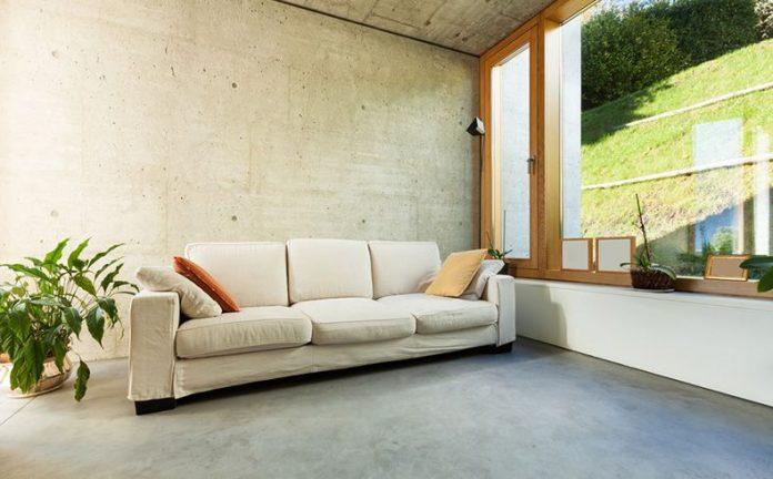 Nesta foto uma sala bem no estilo industrial com nuances do estilo moderno, onde se pode ver o cimento queimado natural na composição do piso, decoração muito bem planejada.